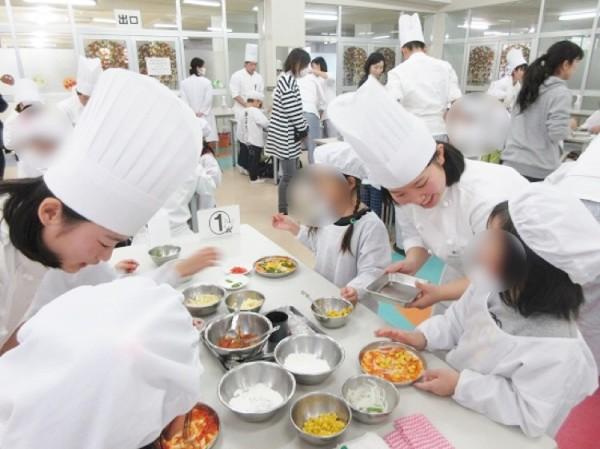 騎西中央幼稚園園児と高校生が食育交流を行いました。