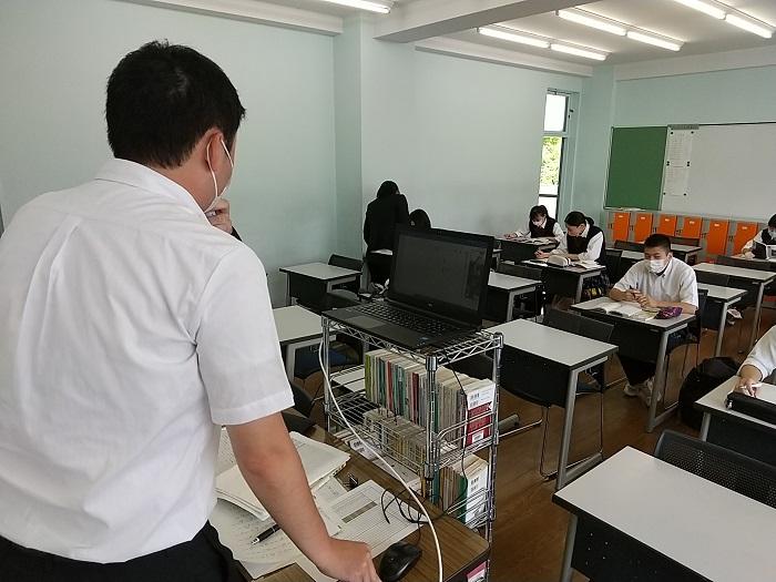 3年生分散登校開始・オンライン授業を併用しリアルタイムで授業配信