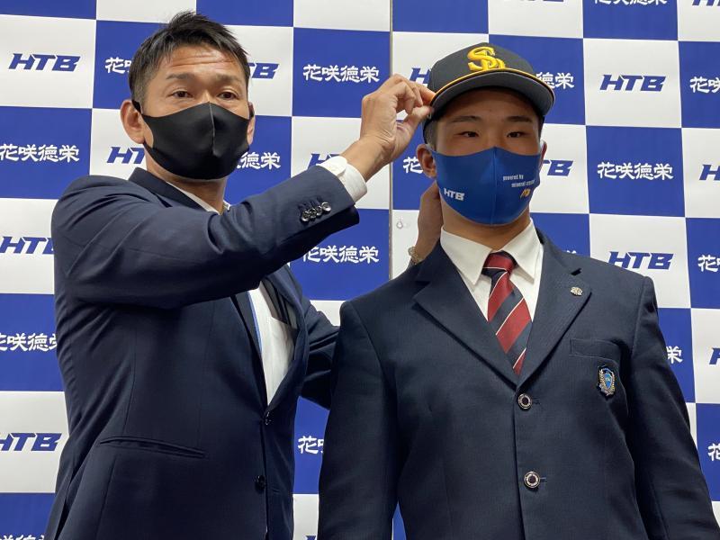 井上朋也君 福岡ソフトバンクから指名あいさつを受ける
