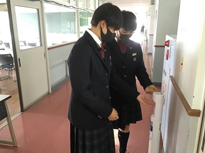 感染症予防① ~非接触型 手指用消毒液 自動噴霧器・校内40箇所設置~